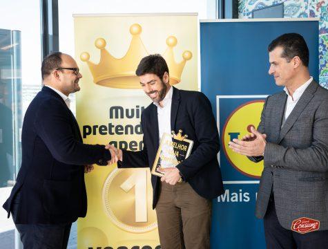 Alexis Latorre, diretor para a região de Lisboa, e Pedro Rebocho, administrador de vendas (à direita), receberam o prémio alusivo à conquista do Retalhista do Ano em nome do Lidl Portugal, que conquistou este prémio em cinco mercados europeus. © Sara Matos