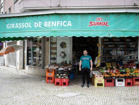 """Ricardo trabalha no Girassol de Benfica, na Estrada de Benfica. """"Trabalho aqui há dez anos e é para continuar!"""""""
