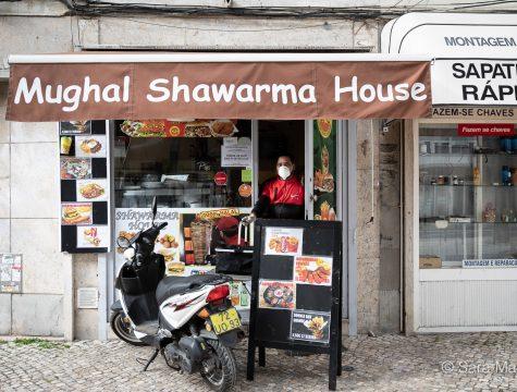 """Kewal Gohar, Mughal Shawarma House, na Estrada de Benfica, em Lisboa. """"Continuo a trabalhar todo o dia, das 12h às 23h. Há pouca gente na rua, mas vendo para a Uber Eats, por exemplo"""""""