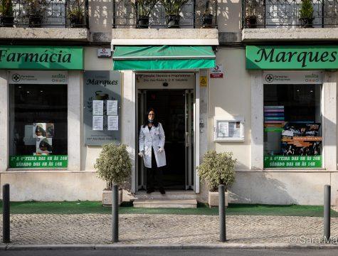 """Clara Infante, da Farmácia Marques, na Estrada de Benfica, em Lisboa. """"Estamos cá para isso. Esperemos não ter de fechar a porta, que nenhum de nós fique infectado"""""""
