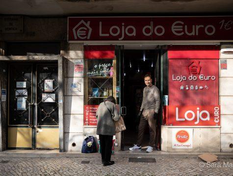 """Jorge Costa, Loja do Euro, Estrada de Benfica, em Lisboa. """"Vejo gente na rua que nem devia andar aqui. Toda a gente resolveu agora correr e passear o cão. Tiveram de tirar os bancos de jardim. Há muitas pessoas que ainda não perceberam a gravidade disto"""""""
