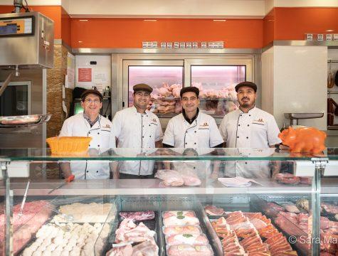 """José António, João Dias, Daniel Carvalho e Rodrigo, do talho Super Desconto Gourmet, na Rua Grão Vasco, Benfica, em Lisboa. """"Neste momento precisam de nós, temos de trabalhar"""""""