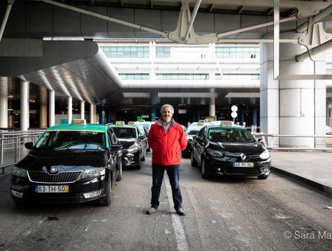 """José Manuel, taxista, Aeroporto Humberto Delgado, em Lisboa. """"Não há é trabalho. Entramos aqui de manhã e só temos clientes à noite. Os aviões chegam com poucas pessoas. Estamos dispostos a trabalhar, mas não está fácil"""""""