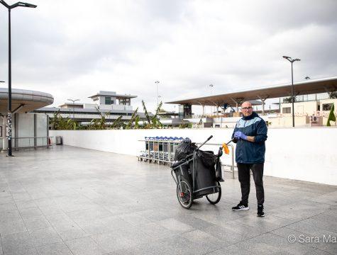 """Américo Reis, funcionário de limpeza, Aeroporto Humberto Delgado, em Lisboa. """"Eu não acho muito bem ter de trabalhar, mas se não trabalhar não recebo…"""""""