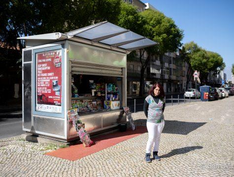 """Zélia Vila Flor, quiosque na Estrada de Benfica, em Lisboa. """"É a sobrevivência, para nós e para a nossa economia. Porque, depois disto tudo, vamos ter de renascer outra vez. É um risco vir trabalhar porque tenho dois meninos, mas tem de ser"""""""