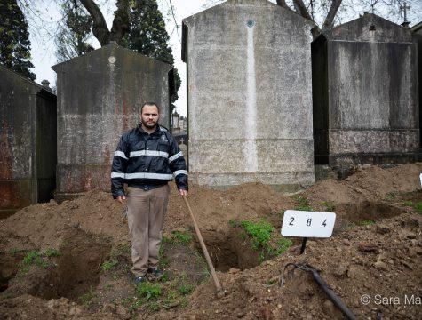 """João Simões, coveiro, Cemitério Alto de São João, Lisboa. """"Tenho noção dos perigos, custa-me chegar a casa, onde tenho a minha família, e saber que estive a enterrar pessoas, possivelmente infetadas. Mas tem de ser, tanto eu como os meus colegas estamos cá para isso"""""""